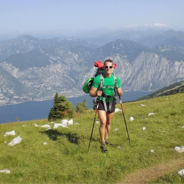 uomo trekking in montagna