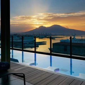 sky-bar-romeo-pool-bar-napoli-vista-su-vulcano-vesuvio